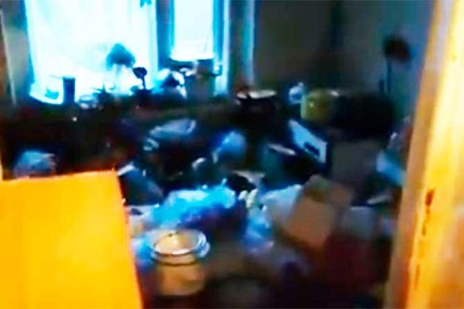 В Тольятти удалось спасти истощенного пожилого мужчину из захламленной квартиры