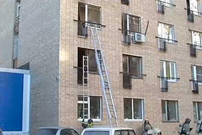 пожарные установили лестницу