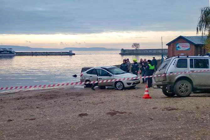 спасатели эвакуировли автомобиль из воды 24 октября 2019 года