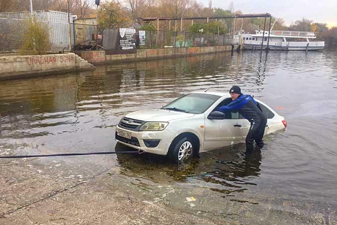 спасатель вытаскивает утоновшую машину 24 октября 2019 года