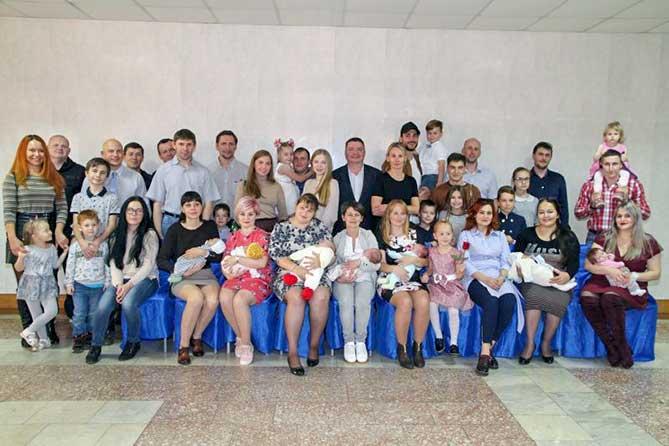 А подарки родителям вручали отличные: банковские карты номиналом в 10 000 рублей, дипломы, композиции из фруктов и цветов