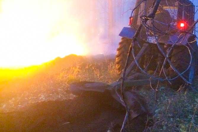 трактор проводит опашку в лесу тольятти