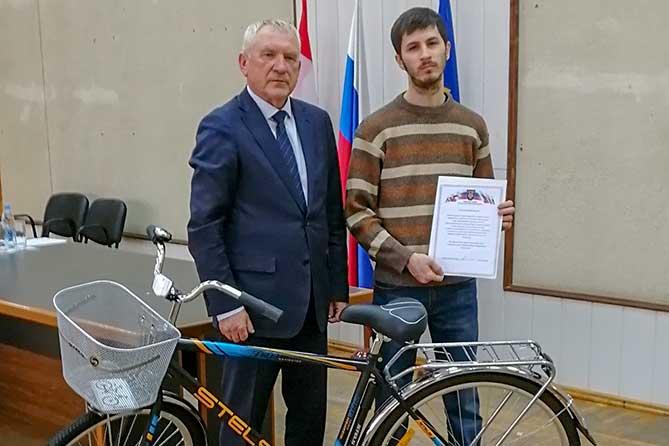 В Тольятти самому активному участнику патрулирования городских лесов в пожароопасный период 2019 года вручили велосипед
