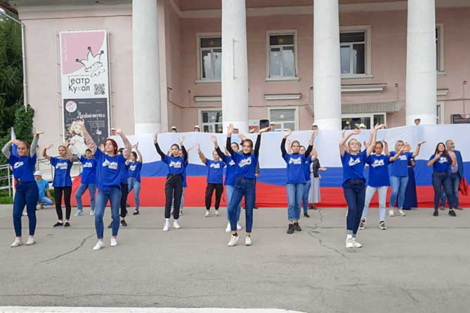 В Тольятти состоялся флешмоб в честь дня Государственного флага России