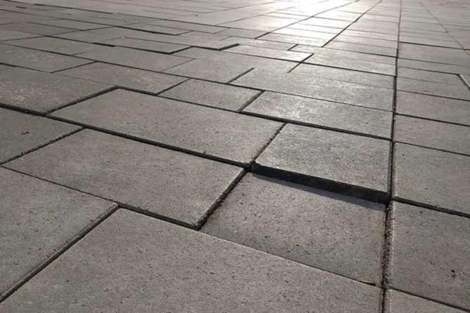 неровно уложенная плитка в сквере