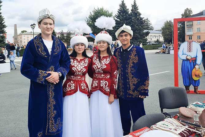 молодые люди в национальных костюмах