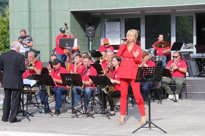 выступление певицы на возле филармонии