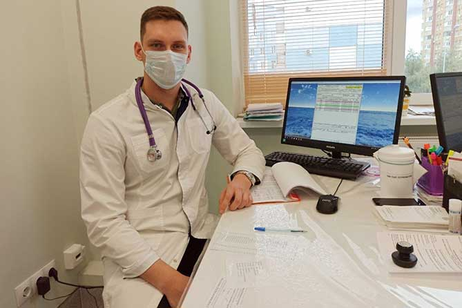 молодой врач в кабинете