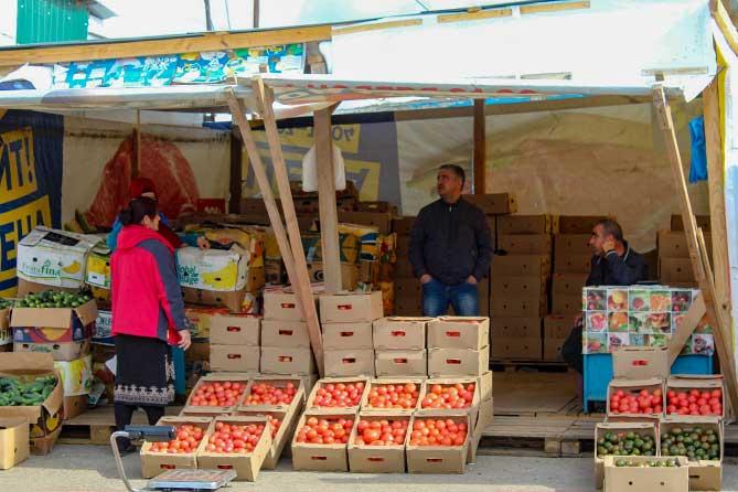 продавцы овощей на рынке