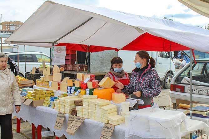 продавцы молочной продукции на ярмарке на Центральной площади