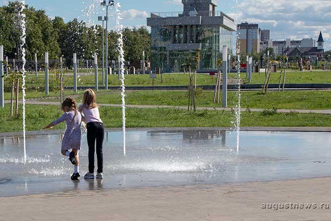 дети играют в сквере 50-летия АВТОВАЗа