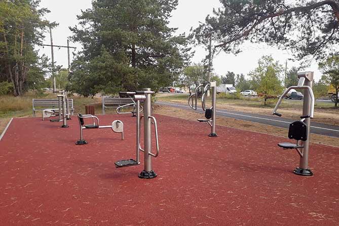 тренажеры рядом с велодорожкой на Матросова