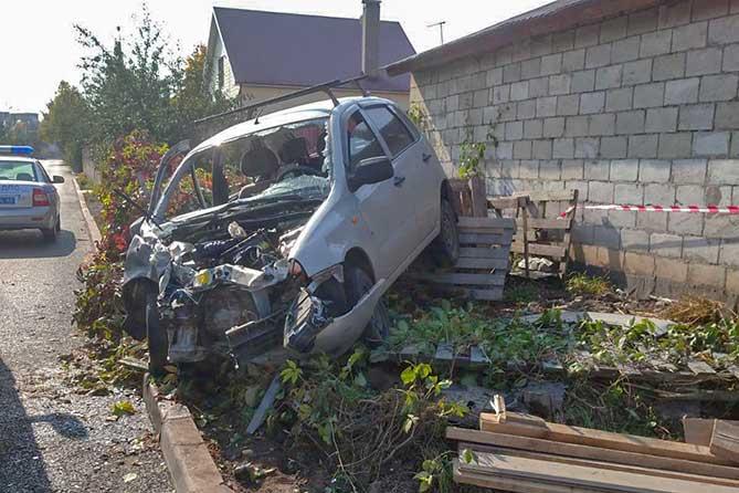 «Ларгус» влетел в гараж: Очередное ДТП на перекрестке улиц Украинская и Шлютова в Тольятти