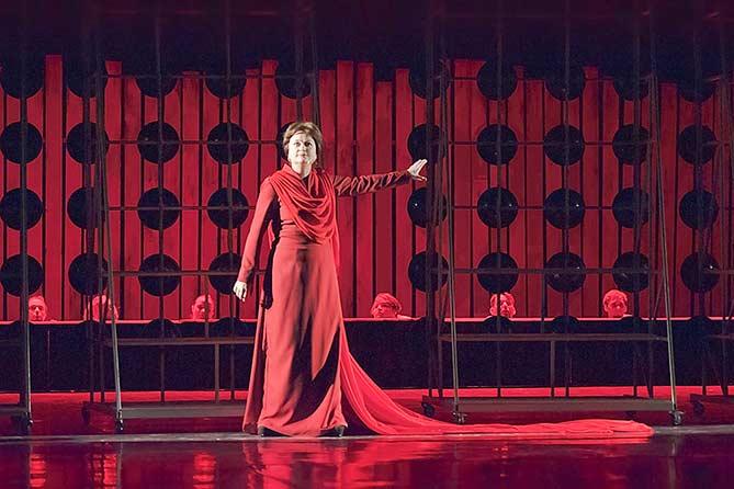 Актриса Ольга Самарцева многие годы верна «Колесу» Глеба Дроздова и считает себя ответственной за судьбу театра