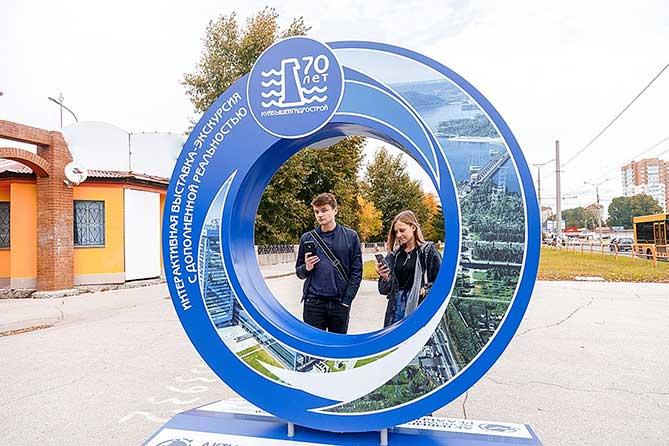 молодые люди возле выставочного объекта