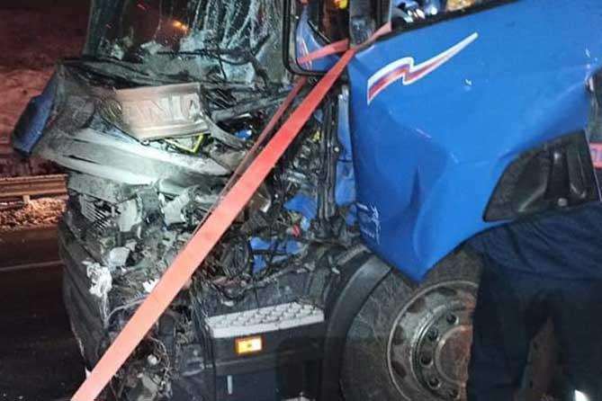 В Тольятти на М-5 столкнулись два большегруза: понадобилась помощь спасателей