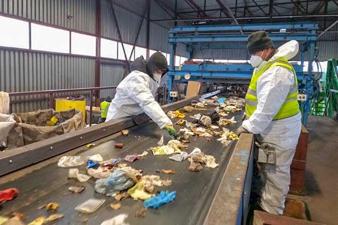работники сортируюи отходы нв конвейере
