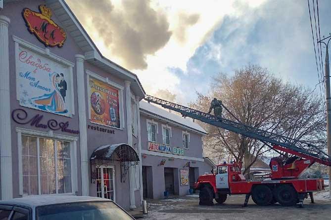 В Тольятти пожарные тушат кровлю ресторана